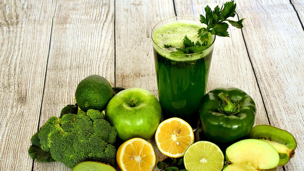 Zumo verde: pepino, apio, manzana verde y espinaca
