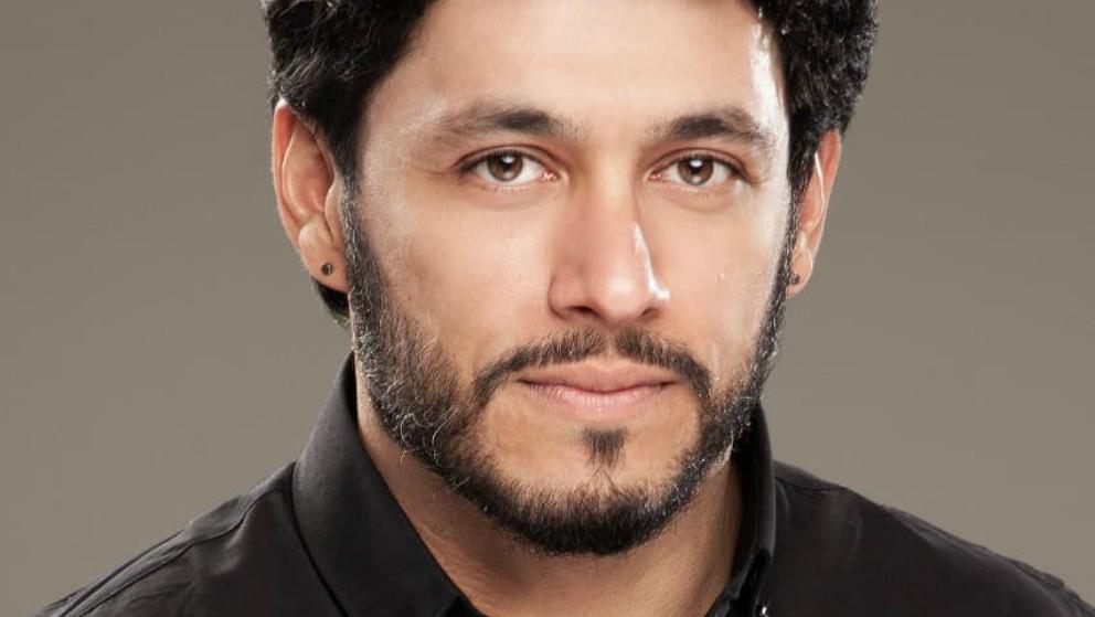 Santiago Alarcón enseña que planchar también es cosa de hombres