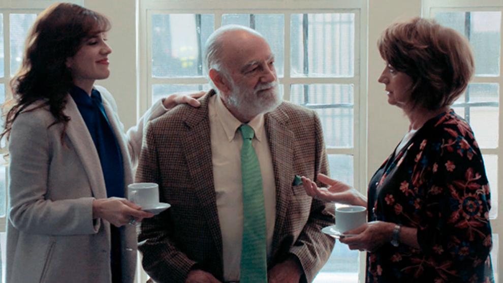 Julia y sus papá en la compra de la casa de María Cristina