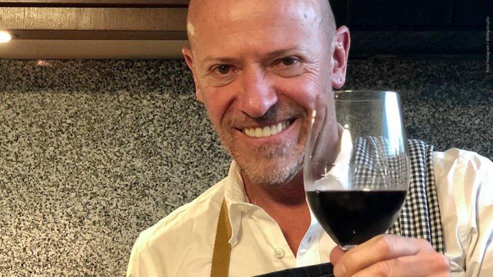 Diego Trujillo posando con una copa de vino.
