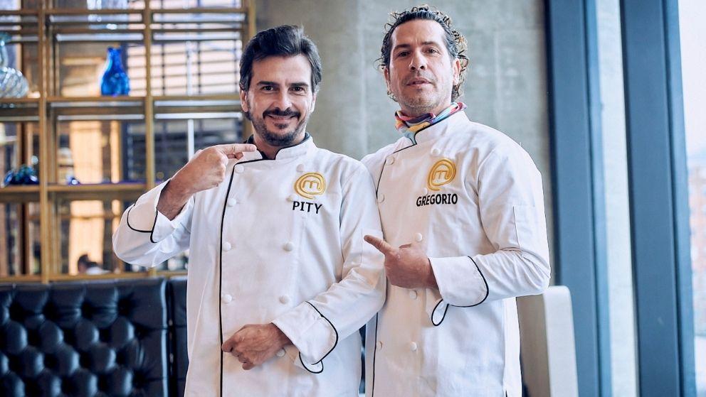 Pity Camacho y Gregorio Pernía vistiendo elegantes filipinas