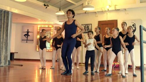 Alberto inicia sus clases de baile