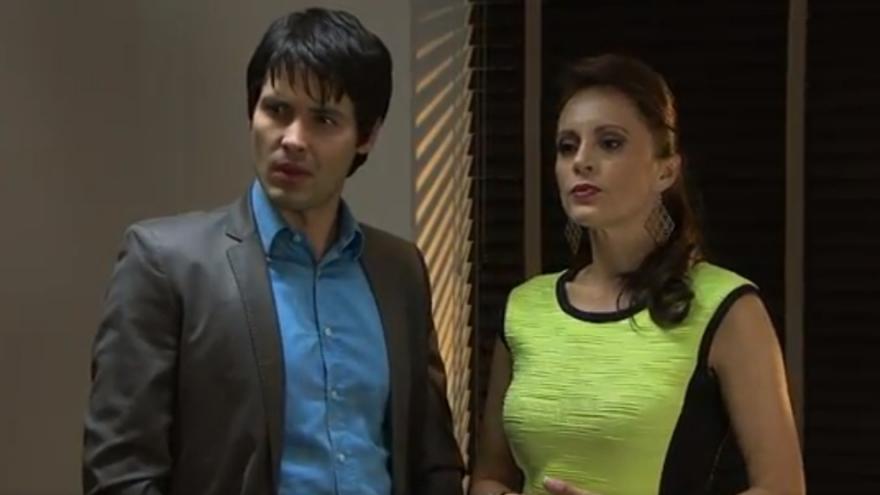 Carlos le presenta su nueva amante a Lucía