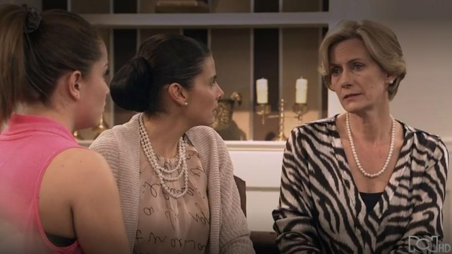 Alba le dice a Lucia que Sebastian y Sara fueron amantes