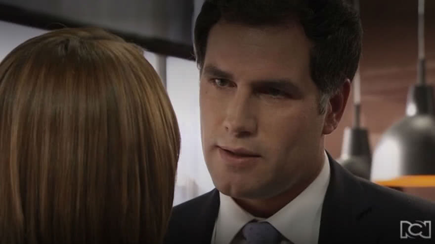 Eduardo le roba un beso a Sara