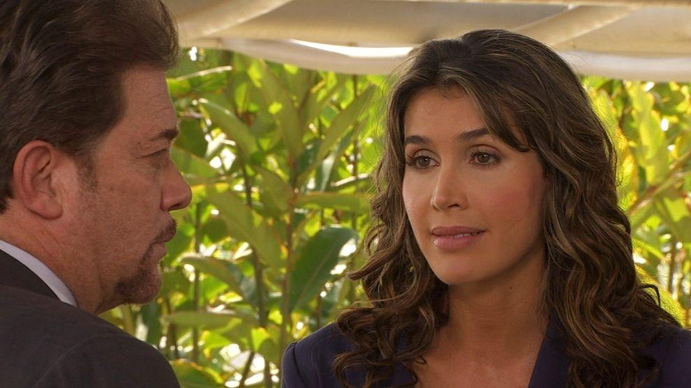 Manuel insiste en sacarle información a Francisca