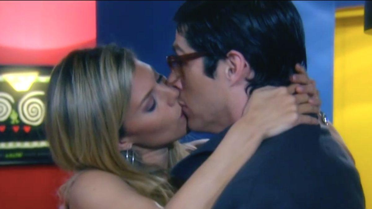 Patricia besa a Nicolás