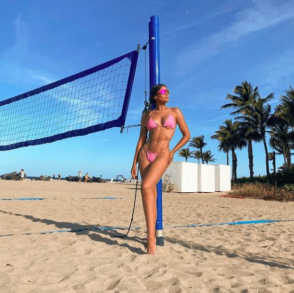 Ariadna Gutiérrez eleva la temperatura posando con microscópico bikini