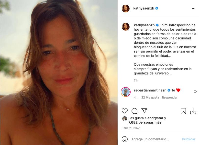 Kathy Sáenz atrae miradas tras despojarse de su maquillaje