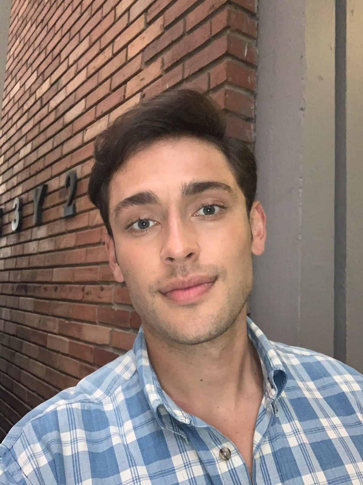 Carlos Báez pelo liso