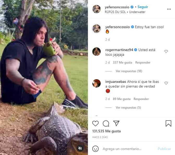 Yeferson Cossio alimenta a un caimán.