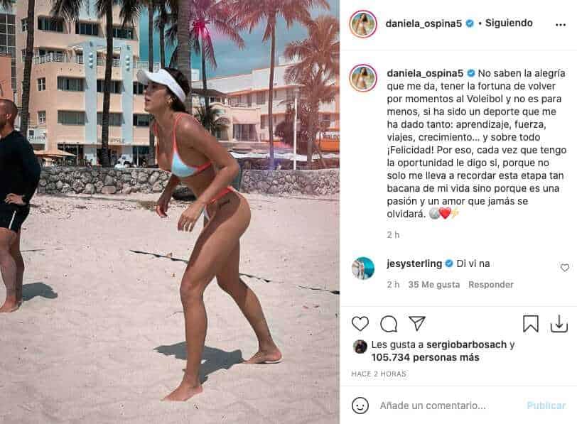 En pequeño bikini, Daniela Ospina se fotografió jugando voleibol