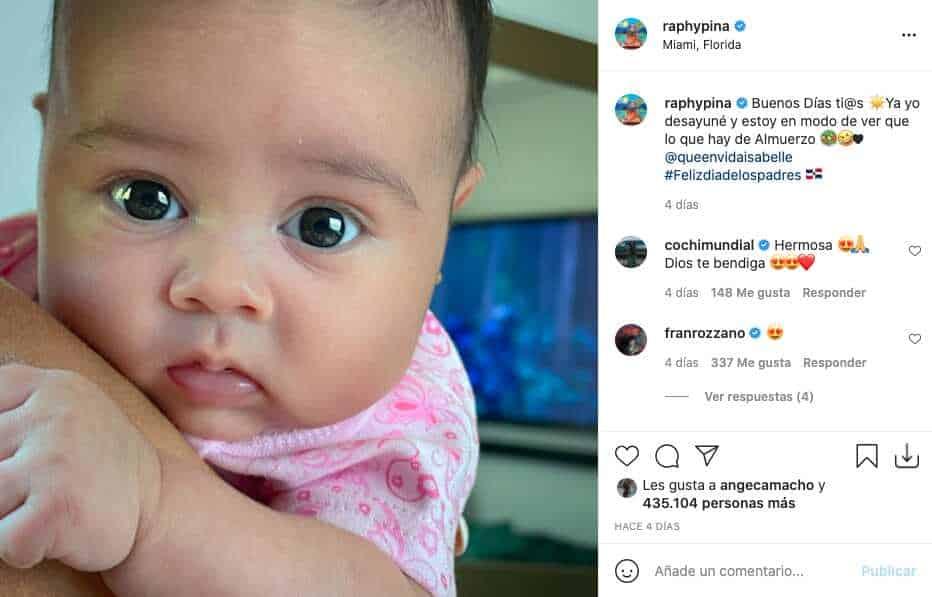 """""""Mini Pina"""", hija de Natti Natasha sorprende con el parecido físico al productor"""