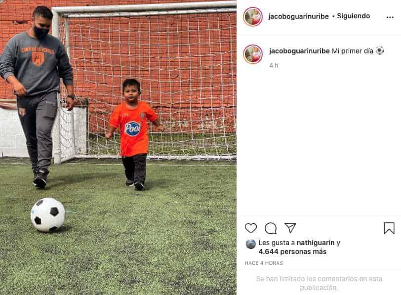 Hijo de Sara Uribe comienza clases de fútbol