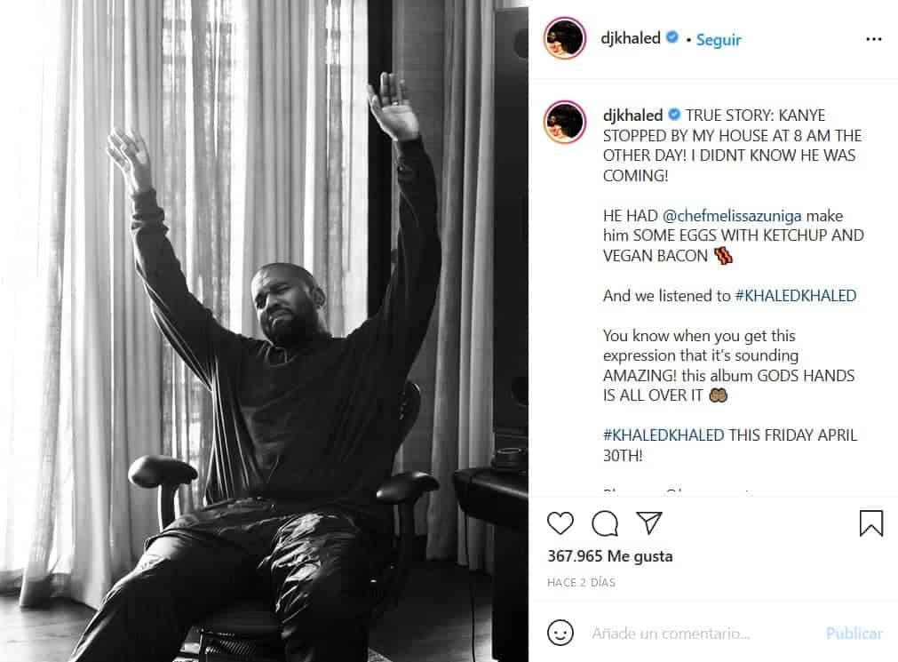 Kanye West con su anillo de casado