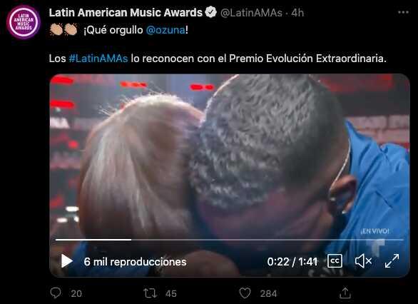 Ozuna recibe un premio en los Latin AMAS 2021 y es su abuela la encargada de dárselo
