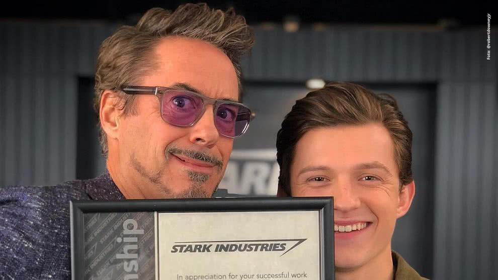 Robert Downey Jr. y Tom Holland en 'Volver al Futuro'