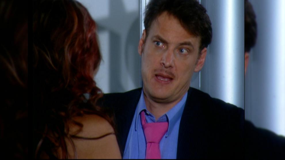 Cristóbal entra en pánico ya que tiene una leve sospecha de que Juan Camilo se encuentra con vida