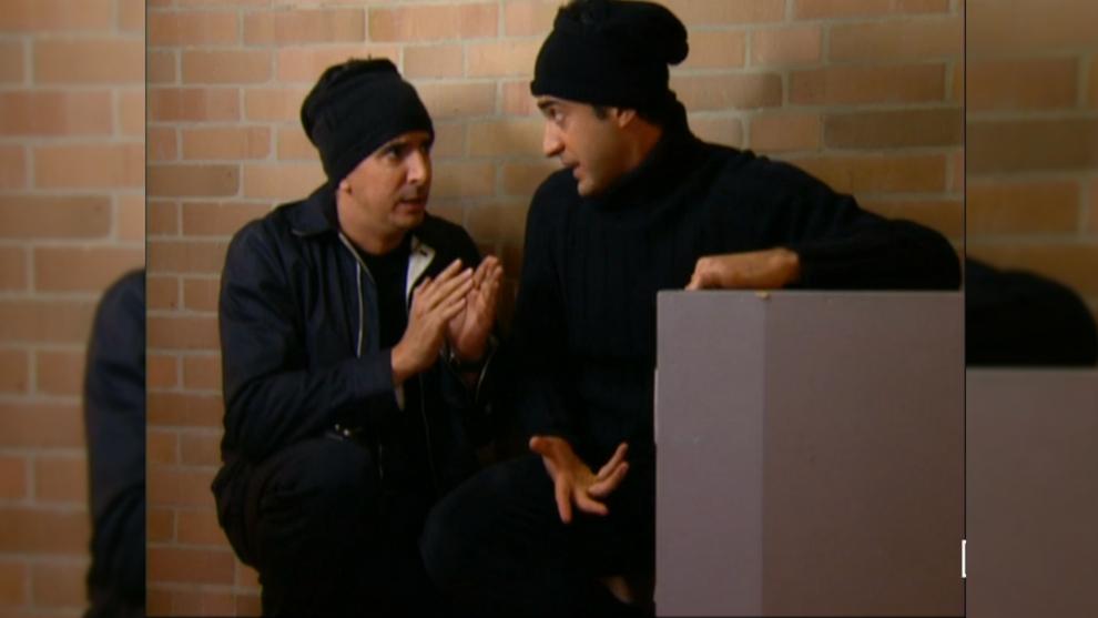 Alexis y Santiago entran a escondidas a la casa de Cristóbal para hallar los papeles
